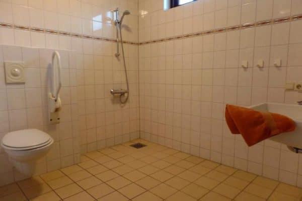 Aangepaste groepsaccommodatie Klaverweide 16 personen Zeeland aangepaste badkamer