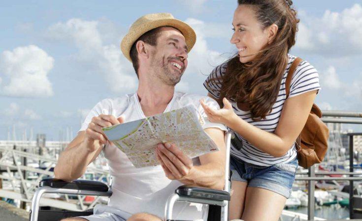 man in rolstoel op vakantie met vrouw