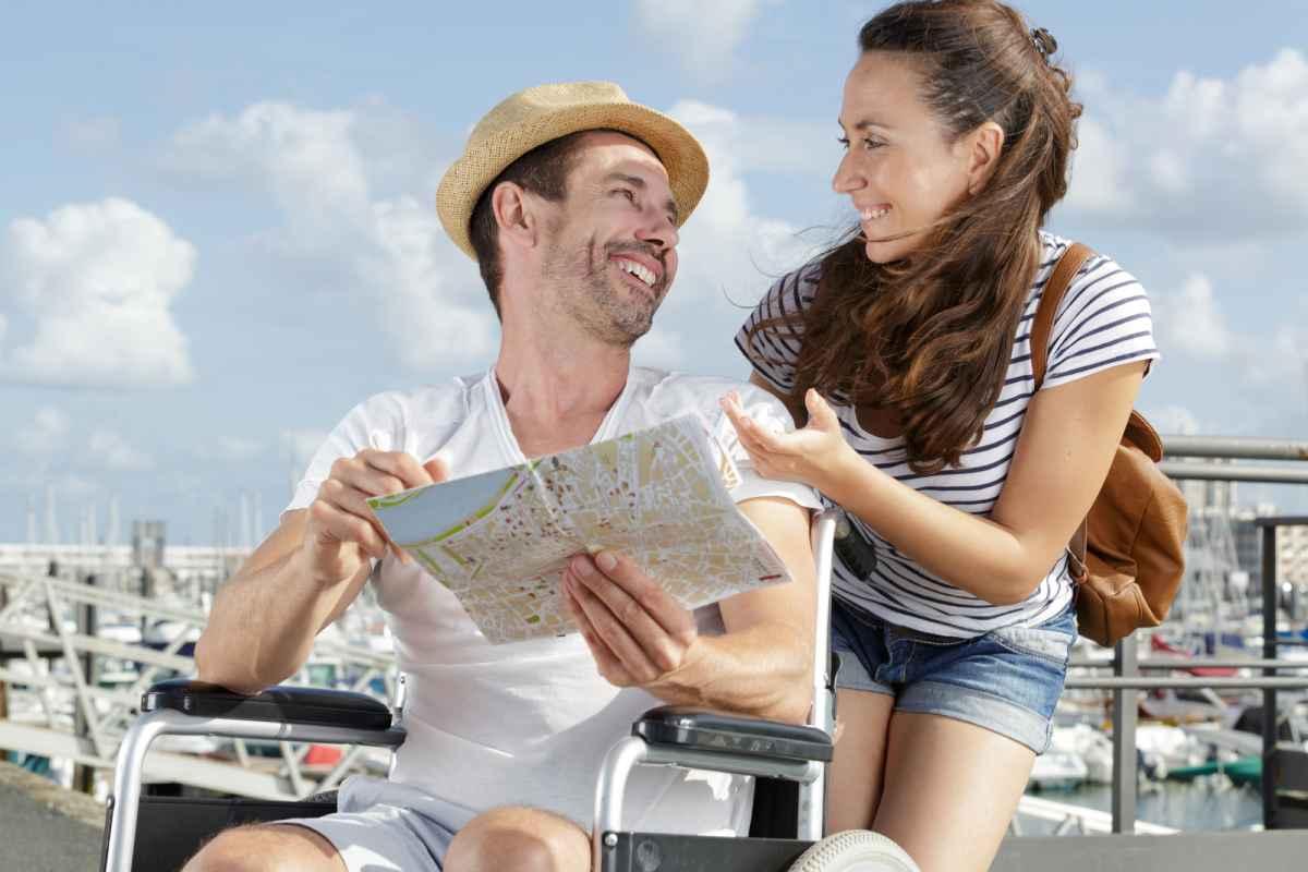 man op rolstoelvriendelijke vakantie met vrouw