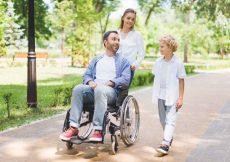 mindervalide man met gezin buiten