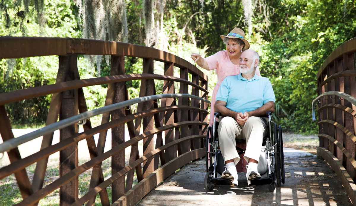 rolstoel wandelen in het bos