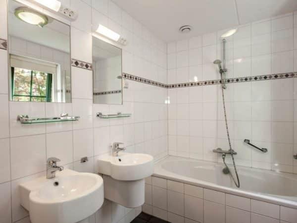 Landal Coldenhove Extra toegankelijke bungalow 8LT - 8 personen - Veluwe - Nederland - badkamer