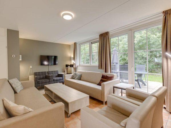Landal Landgoed De Hellendoornse Berg Extra toegankelijke bungalow 12CT1 - 12 personen - Overijssel - Nederland - woonkamer