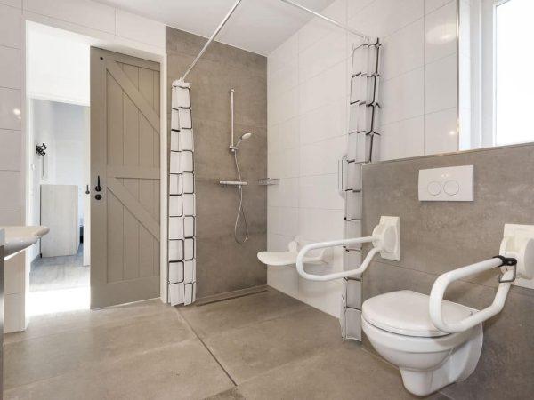 Landal Port Greve Extra toegankelijke bungalow 10CTS - 10 personen - Zeeland - aangepaste badkamer met verhoogd toilet