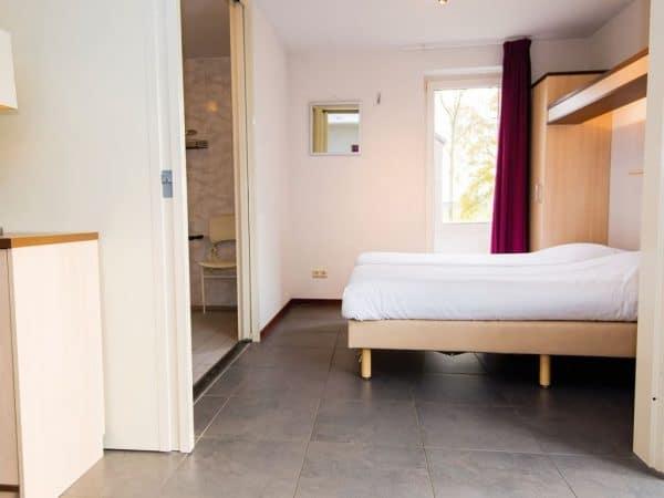 Landal Reevallis Extra toegankelijke bungalow 4CET - 4 personen - Limburg - slaapkamer met badkamer