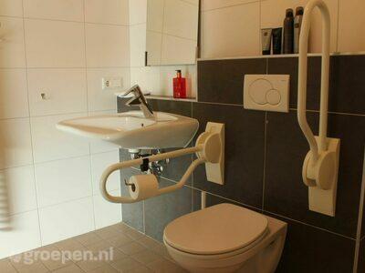 Groepsaccommodatie Heusden - 34 personen - Noord-Brabant - Heusden - aangepast toilet